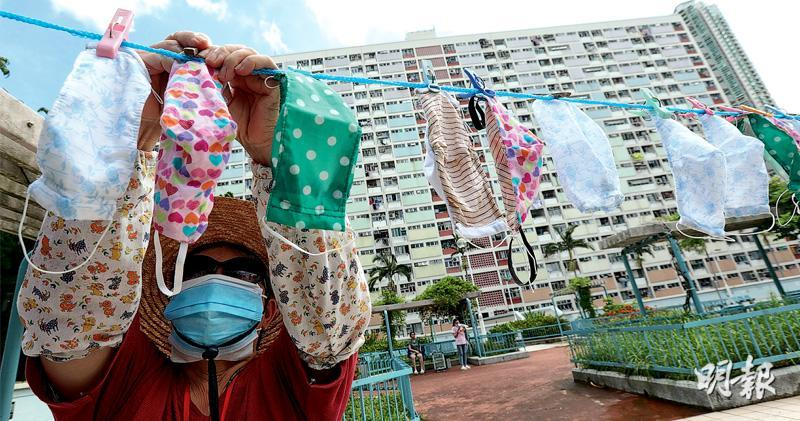 屋邨常有居民在戶外曬棉被,昨日彩虹邨則有人晾曬布口罩。(李紹昌攝)