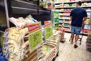 工貿署數據顯示,泰國米在今年7月的零售價比1月升了逾一成,同期進口價則下跌4%。圖為尖沙嘴一超市內「驚喜優惠」宣傳牌標示8公斤的泰國香米售價97.9元。(賴俊傑攝)