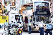 一輛洗街車(左)在深水埗桂林街與元州街交界攔腰撞向九巴(右),釀成24人受傷,洗街車車頭玻璃爆裂。(賴俊傑攝)
