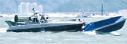 本報獲得一條影片,顯示一艘水警「山貓」型高速追截艇(左),高速追截可疑小艇(右)時,直剷小艇船尾,艇上兩名赤膊男子險些墮海,要捉着山貓艇邊,再慢慢攀上山貓。(片段截圖)