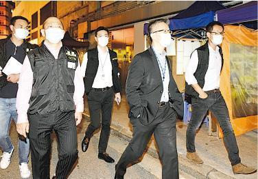 警務處副處長(行動)蕭澤頤(右二)前晚率隊約70人到油麻地一帶麻將館查牌。