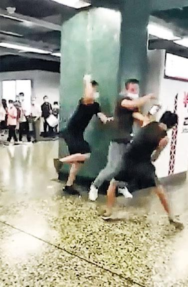 懷疑拾獲手機要求300元報酬的男子(中),與機主(右)發生口角後,用手推他,其同事(左)見狀還手,最後演變三人打鬥。(網上片段截圖)