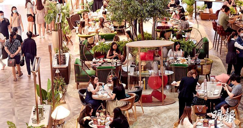限聚令上周五放寬後,商場和餐廳的人流暢旺。新世界旗下尖沙嘴商場K11 MUSEA表示,今年第二季營業額較首季高35%,同時估計第三季營業額會比首季上升六成。圖為K11 MUSEA中庭茶座。(劉焌陶攝)