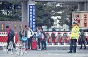 內蒙古當局近期推行國家統編漢語教材並以漢語授課,爭議未息。近日,有關公職人員已因不服從當局決定被處理。圖為9月11日,在內蒙古學校秋季開學前一天,在通遼市,一對父母送子女返回學校。(法新社)