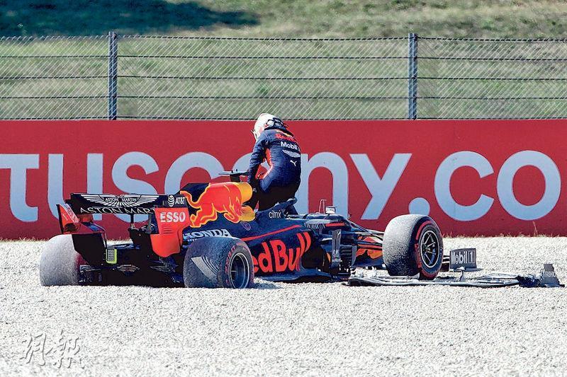 紅牛車手韋斯塔本(圖)被撞出賽道,繼揭幕戰奧地利站後再退賽。(法新社)