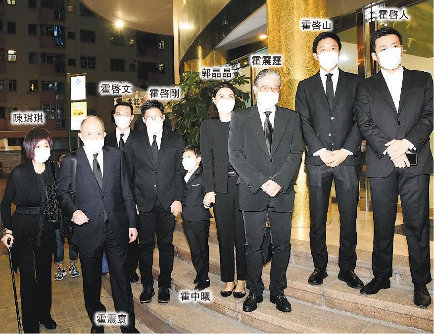 霍英東元配呂燕妮昨晚設靈,霍家三代一同離開殯儀館。(攝影:鍾偉茵)