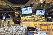酒吧周五可重開,尖沙嘴諾士佛臺ShowTime Sports Bar員工昨已開始清潔場地準備開業。由於重開後須午夜前關門,負責人楊先生預計看球賽及晚上的客人減,生意額跌。(李紹昌攝)
