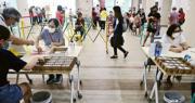 新加坡周一起向部分地區居民免費派發藍牙追蹤程序TraceTogether的實體裝置,以加強追蹤新冠病毒感染個案的能力。(路透社)