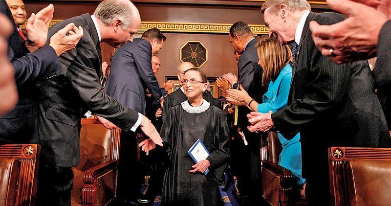 美國最高法院自由派大法官金斯伯格上周五病逝,終年87歲,圖為2009年2月她抵達國會,聽取時任總統奧巴馬發表演說。(路透社)