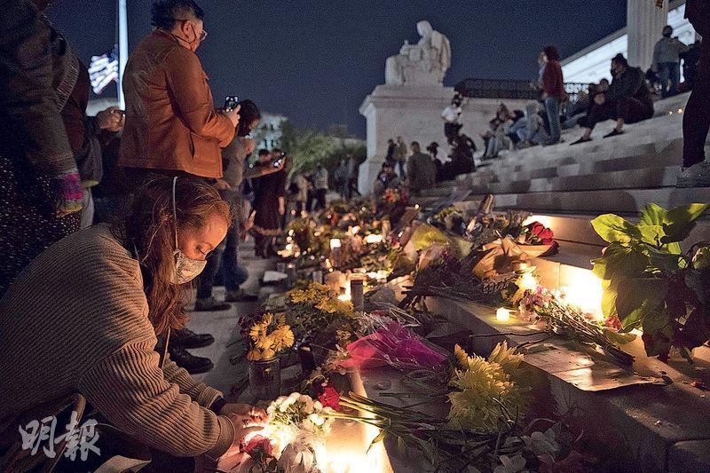 美國首都華盛頓上周五有民眾聚集在最高法院門外,悼念因病逝世的大法官金斯伯格。(法新社)