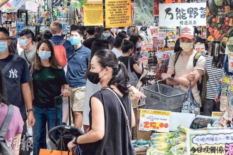 日本連鎖超市雜貨店「驚安之殿堂」DON DON DONKI尖沙嘴分店昨人頭湧湧,不少市民到場購物。(馮凱鍵攝)