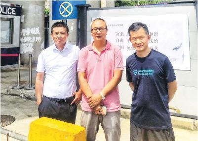 受家屬委託的內地律師范標文(左起)、梁小軍、宋玉生,以及不在圖中的吳莉,昨同到深圳鹽田區看守所要求會見當事人不果。