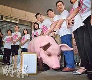 國民黨主席江啟臣(右四)與立法院黨籍立委等人昨日前往中選會,送交反美豬進口的「顧食安公投」提案第一階段連署書。(中央社)