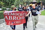 美國海外民主黨在泰國的成員,昨日到美國駐曼谷大使館就今屆總統選舉作海外投票。(法新社)