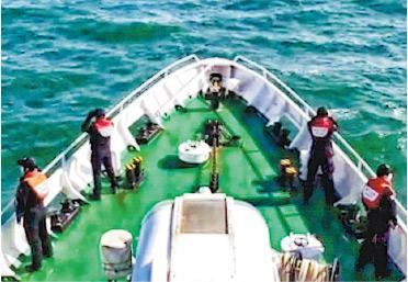 韓國海洋警察昨日在小延坪島附近,搜索相信遭朝鮮軍方槍殺的公務員遺物。(仁川海洋警察所提供)