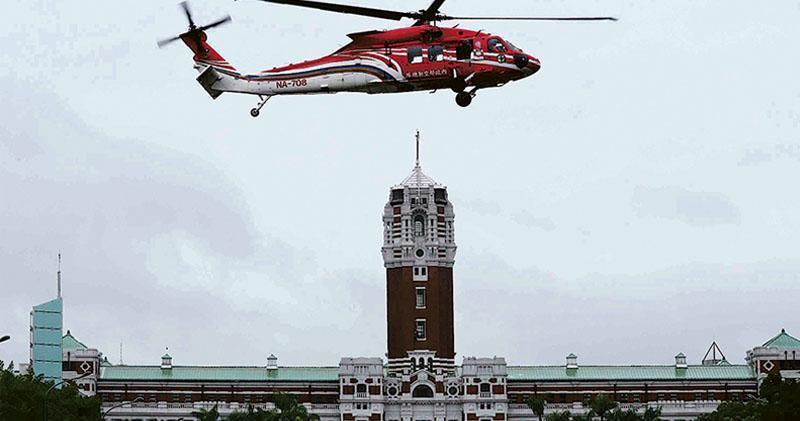 解放軍戰機近期頻頻抵近台灣空域,而台北上空近日也戰機轟鳴。圖為昨日,為了迎接台灣的雙十節,一架黑鷹直升機在台灣總統府前廣場綵排試航。(中央社)