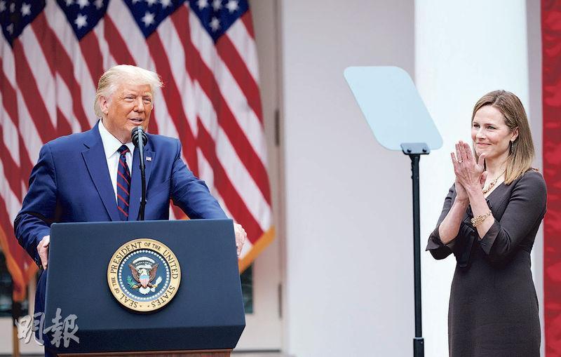 美國總統特朗普(左)前天在白宮宣布,提名聯邦第七巡迴上訴法院法官巴雷特(右)出任最高法院大法官。(路透社)