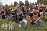 美國極右團體「驕傲男孩」(Proud Boys)上周六在波特蘭市集會間跪下祈禱。(路透社)