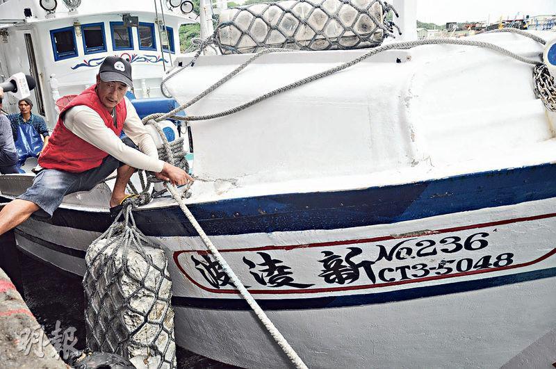 蘇澳籍漁船「新凌波236」27日在釣魚島海域遭日本公務船衝撞,此事引發台灣各界抗議。圖為昨日船長陳吉雄(圖)與「新凌波236」返回台灣。(中央社)