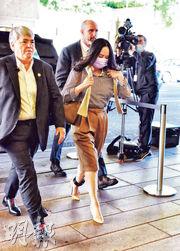 華為首席財務官孟晚舟的引渡聆訊周一在加拿大卑詩省高等法院再次開庭,孟晚舟(前右)親自到庭,是今年5月下旬以來首次現場出庭。(法新社)
