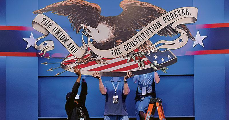 美國2020年大選首場總統候選人辯論本港時間今晨於俄亥俄州克里夫蘭市舉行,工作人員周一密鑼緊鼓布置現場。(路透社)