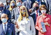 美國「第一千金」兼總統顧問伊萬卡(前排中)上周三在白宮出席活動。(法新社)