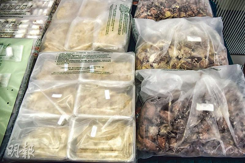 海關於單位搜出20個發泡膠箱,各裝有20餘包榴槤肉(左),逾2500粒榴槤核(右)被挖空注入氯胺酮。(林智傑攝)