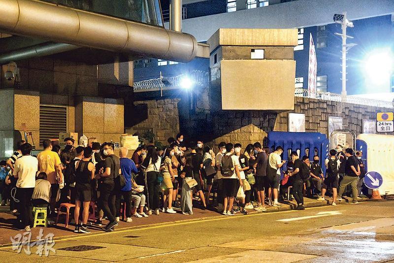 前日中秋兼國慶,有網民發起遊行,警方於各區拘捕最少86人,大部分人被扣留於北角警署,當晚大批親友通宵於警署外等候,並由區議員協助把4批飯盒送入警署。(蔡方山攝)