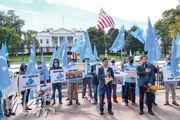 疆獨組織10月1日在華盛頓中國使館外示威,反對中國當局在新疆設再教育營。(法新社)