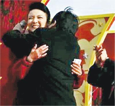 因受賄罪被判監7年的陝西延安市人大原副主任祁玉江,2010年擔任志丹縣委書記時,在文藝演出時上台「熊抱」女主持引發爭議。(網上圖片)