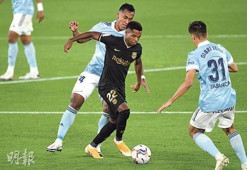 安素法迪(黑衫)接應巴塞隆拿隊友菲臘比古天奴傳送後射入,在西甲首兩戰獨取3球。(Getty Images)