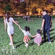 郭富城(右)一家四口手拖手到公園賞月。(網上圖片)