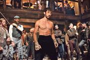 Andrew Koji(中)在新劇模仿李小龍的功架,上演多場埋身肉搏的動作戲。
