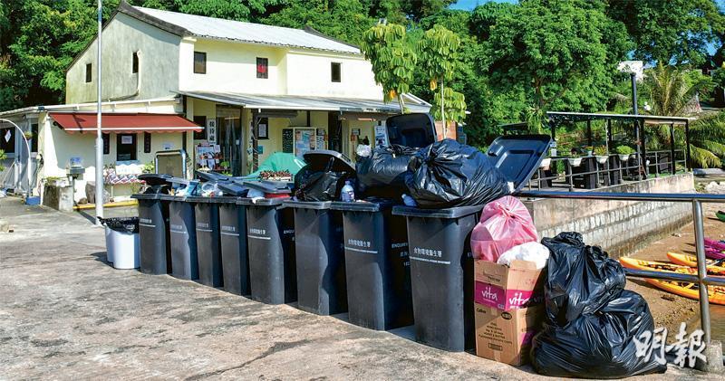 鹽光保育中心職員林先生表示昨日島上垃圾桶滿載,傳出異味,亦有口罩跌在地上,清理後未再現口罩滿地場面,但仍有臭味傳出。(梁銘康攝)