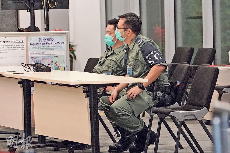 警務處去年11月中開始委任其他紀律部隊的人員擔任特別任務警察,計劃推行接近一年,消息稱目前人數已增至約1200。圖為來自消防處的特別任務警察,昨日在政府總部外執勤。(楊柏賢攝)