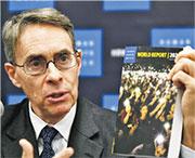 人權觀察遭中國外交部制裁,但仍稱絕對會繼續關注國安法在港生效情况。圖為其執行長Kenneth Roth年初於《2020世界人權報告》發布記者會發言,他原定赴港發布但被拒絕入境,其後改往紐約。(法新社)
