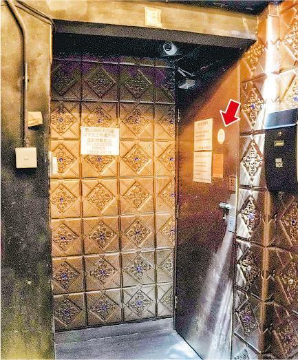昨日確診的22歲男學生於9月23日與朋友到尖沙嘴利就商業大廈3樓酒吧China Secret,酒吧沒有門牌,門外貼有Prenetics「已檢測餐廳」的圓形標籤(箭嘴示)。據Prenetics網頁,China Secret於8月25日檢測。(楊柏賢攝)