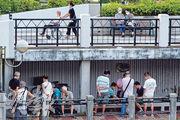 沙田公園單車徑旁昨日有中年漢聚集下棋,超過4人「限聚令」的規定,部分人拉低口罩,甚至無戴口罩,疑違反599G及599I防疫規例,但未見有執法人員干涉。(賴俊傑攝)
