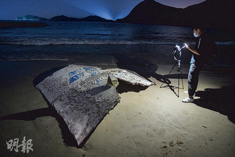 一塊2米乘2米疑似火箭殘骸的白色金屬碎片近日出現在白腊灣沙灘上,金屬表面滿佈燒焦痕迹。(樊銳昌攝)