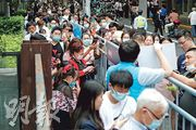 國家衛健委前日起就《傳染病防治法》修訂草案展開為期兩周的公眾諮詢,此次修訂還提出,要建立報告獎勵和責任豁免制度等。圖為民眾在上海田子坊石庫門弄堂外排隊掃碼等待進入。(中新社)