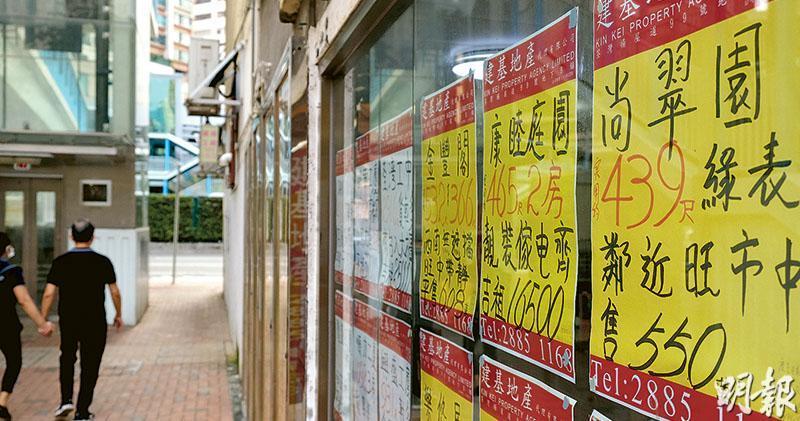 荃灣有地產代理店貼出尚翠苑單位的放盤廣告。該屋苑是5個今年「解禁」、可在居二市場買賣的屋苑之一,並且是錄得最多交易的屋苑。(鄧宗弘攝)