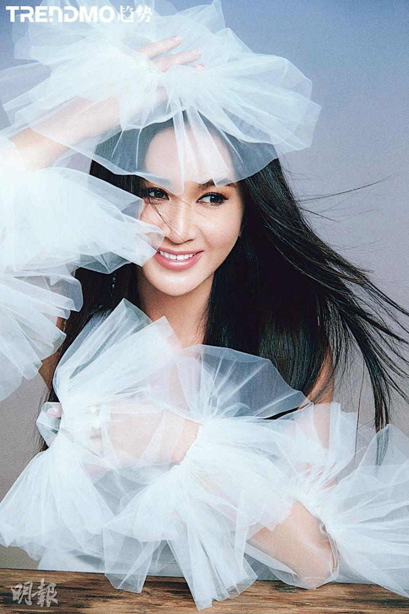 溫碧霞接受內地雜誌訪問,拍了不少靚相。