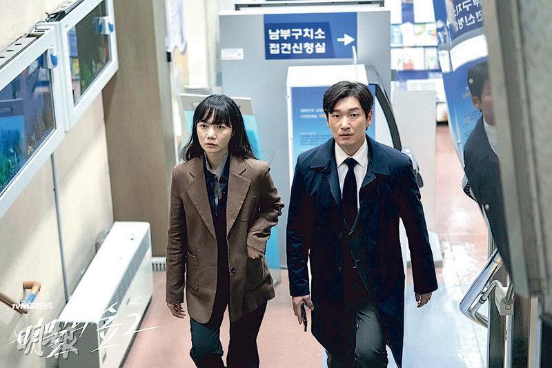 裴斗娜(左)與曹承佑(右)合力揭露上司的罪行。
