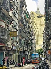 作者的台灣朋友初看到澳門新葡京時,嚇了一跳。圖為在東望洋新街望到的新葡京酒店。(No1lovesu@Wikimedia Commons)