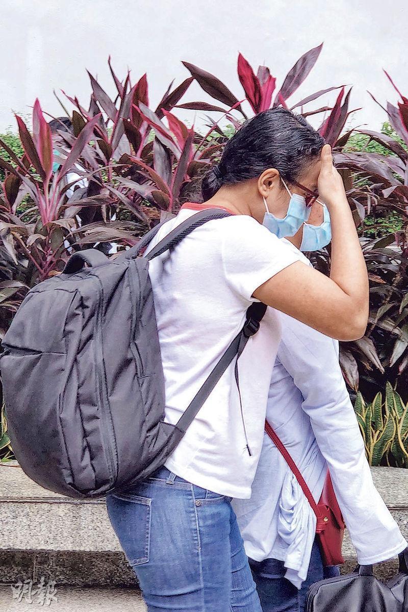次被告Palpal Lactoc Jo An Evera (背黑色背包者)昨獲准保釋。辯方求情時形容,她在案中角色比起另一女傭屬次要,只因害怕失去工作及欲掙外快而犯案。(袁永霖攝)
