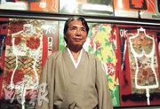著名時尚品牌KENZO創辦人高田賢三因感染新冠病毒,周日在巴黎病逝,終年81歲。圖為2009年4月,他在阿根廷首都布宜諾斯艾利斯一間美術館內,站在自己的作品前讓傳媒拍攝。(路透社)