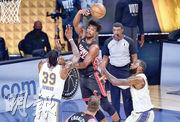 熱火球星占美畢拿(黑衫)昨取得「超級三雙」,助球隊擊敗有勒邦占士(右一)攻入25分的湖人,在NBA總決賽扳回一城。(法新社)
