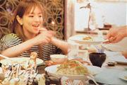 濱崎步公開生日派對的照片,蛋糕上的母子及兩隻小狗公仔,比一臉幸福笑容的她更搶鏡。