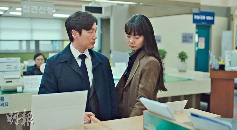 曹承佑(左)與裴斗娜合演《秘密森林2》,結局收視直逼10%大關,難怪粉絲紛紛要求開拍第3季。