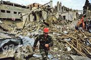 阿塞拜疆第二大城市甘賈昨遭火箭炮轟擊,救援人員趕到遇襲炸毁的建築物現場搜索死傷者。(路透社)